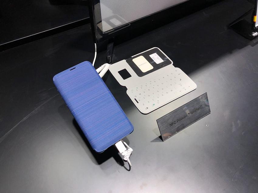 ▲ 삼성전자는 별도의 접촉 없이도 LED 커버 등 모바일 액세서리에 전력을 공급할 수 있는 'NFC Power Transfer'도 선보였다