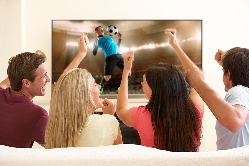 QLED TV로 스포츠경기를 시청하는 모습