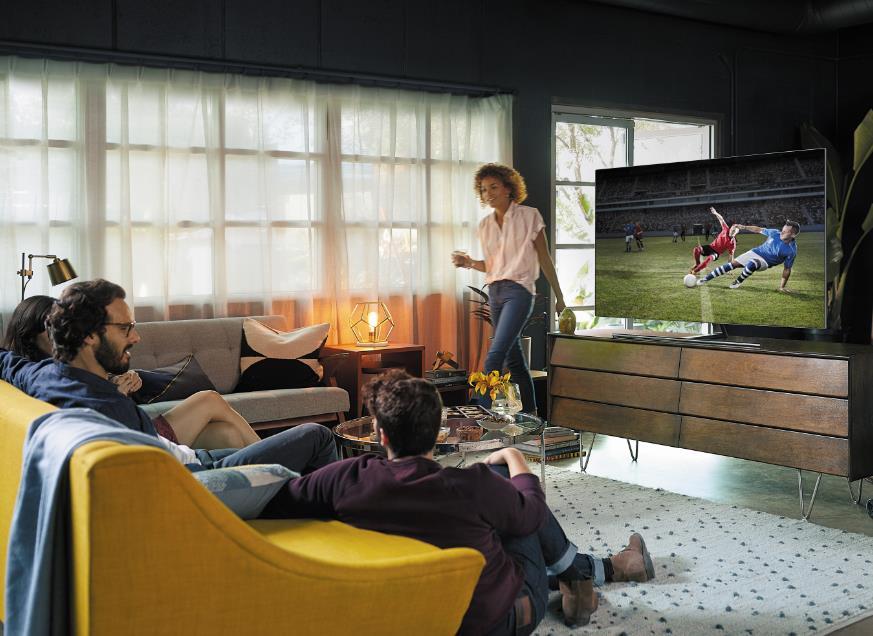 QLEd TV로 스포츠 경기를 사람들이 시청하는 모습