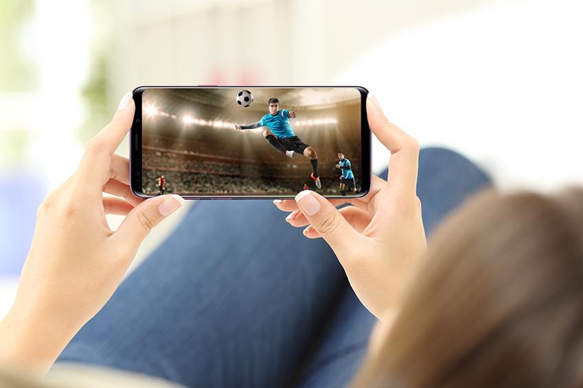 스마트폰으로 축구 경기를 관람하는 모습