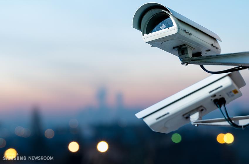 도심의 저녁 하늘과 함께 포착된 CCTV 2대