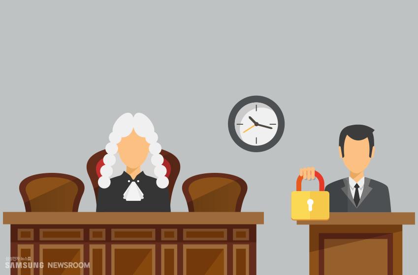 법정의 판사와 보안 자물쇠를 들고 있는 남성