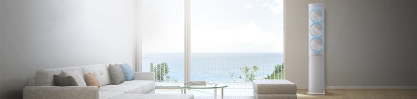 바다가 보이는 거실에 설치된 삼성 무풍에어컨 스탠드 타입