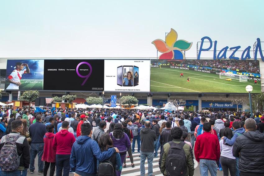 삼성전자가  4일(현지시간) 페루 리마에 위치한 프리미엄 쇼핑몰 플라자 노르떼(Plaza Norte)에 중남미 최대 크기의 고화질 LED 사이니지 옥외 전광판을 설치했다. 페루 시민들이 삼성전자의 초대형 LED 사이니지를 통해 야외에서도 선명한 화질로 축구 경기를 즐기고 있는 모습
