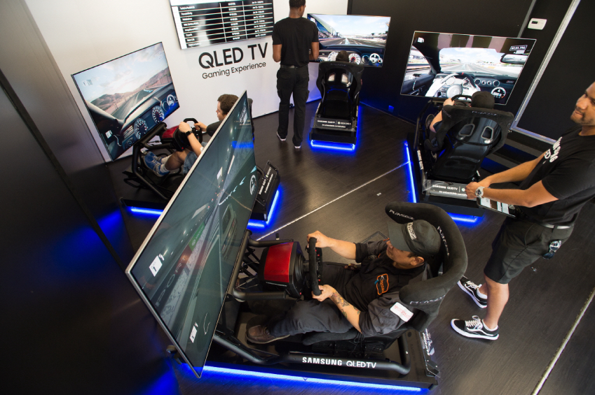 삼성전자가 마이크로소프트(MS) 콘솔 게임기 '엑스박스(Xbox)'와의 협업을 통해 대형 트럭에 'QLED TV' 6대와 '엑스박스 원 엑스(Xbox One X)' 게임기로 구성된 이동형 체험관을 마련해 미국 게이머들을 대상으로 제품의 특장점을 직접 경험해 볼 수 있게 하며 QLED TV의 우수성을 알린다. 이 체험관은 로스엔젤레스를 시작으로 샌프란시스코·샌디에고·시애틀·라스베이거스·피닉스·달라스·휴스턴 등 미국 내 14개 주요 도시를 돌며 8월 초까지 진행될 예정이다. 로스엔젤레스에서 체험관 방문객들이 삼성 QLED TV로 엑스박스의 게임을 즐기고 있다.