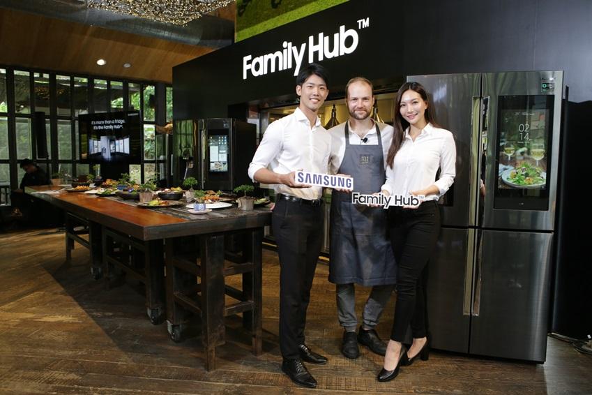 유기농 요리로 유명한 캐나다 출신 올리버 트루스데일 주트라스(Oliver Truesdale-Jutras) 셰프와 삼성전자 모델이  '패밀리허브'를 선보이고 있다.