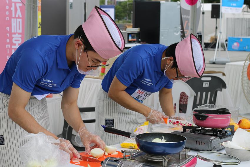 7월 22일 광주 아시아문화전당 하늘마당에서 열린 '삼성 스마트 쿠킹 대회'  참가자들이 '빠르고 간편한 요리'를 컨셉으로 요리를 하고 있다.