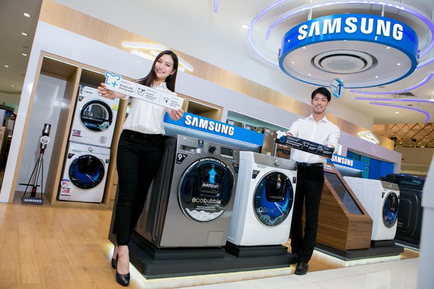 싱가포르의 하비 노만 밀레니얼 워크(Harvey Norman Millenial Walk)에 위치한 삼성전자 매장에서 프로모터가 삼성 '퀵드라이브'를 소개하고 있다.
