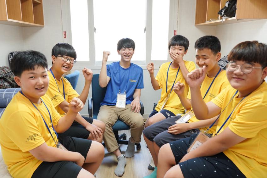 삼성은 27일 전국 6개 대학에서 중학생 1641명이 참여하는 '2018년 삼성드림클래스 여름캠프' 환영식을 갖고, 본격적인 합숙 교육에 들어갔다. 사진은 캠프에 참여하는 학생들과 대학생 강사들의 모습
