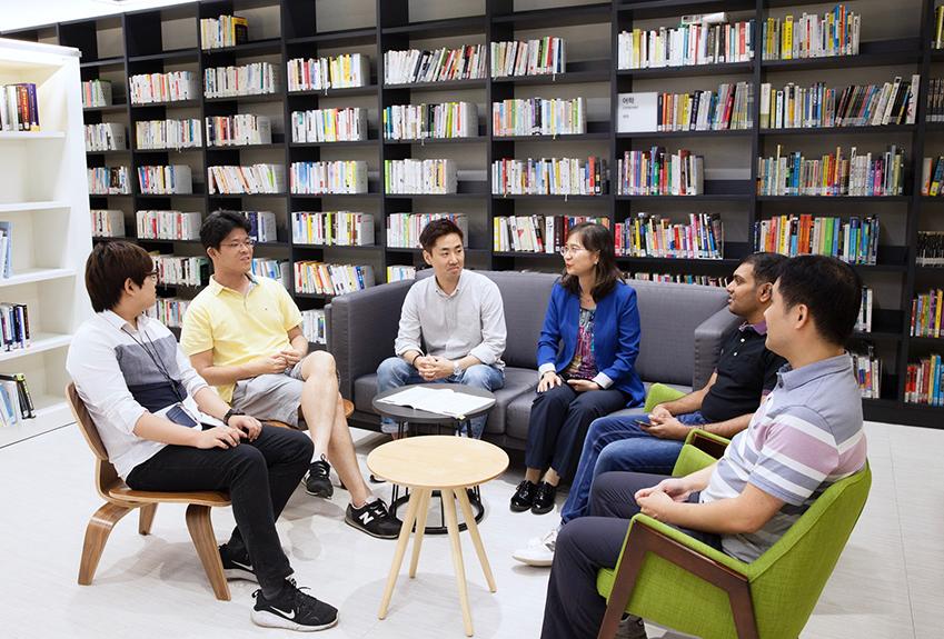 ▲ 김지희 상무와 삼성리서치 언어이해랩 개발자들이 아이디어 회의를 하고 있다