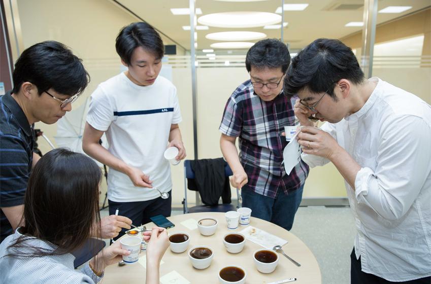 커피 시음하고 있는 삼성전자 임직원들