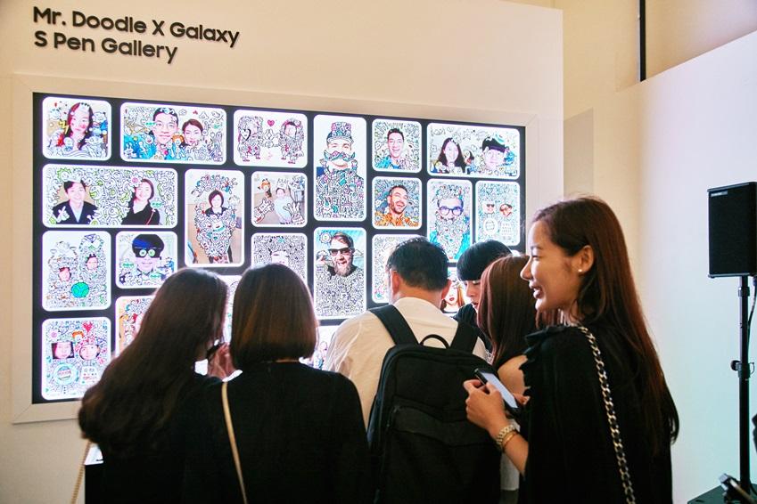 ▲ 관람객이 갤럭시 Note8으로 셀피를 찍으면 미스터 두들의 작품으로 꾸며, S펜 갤러리에 전시할 수 있다. 꾸민 사진은 관람객 메일로 전송해 준다. (사진제공: 주관사 시니트)