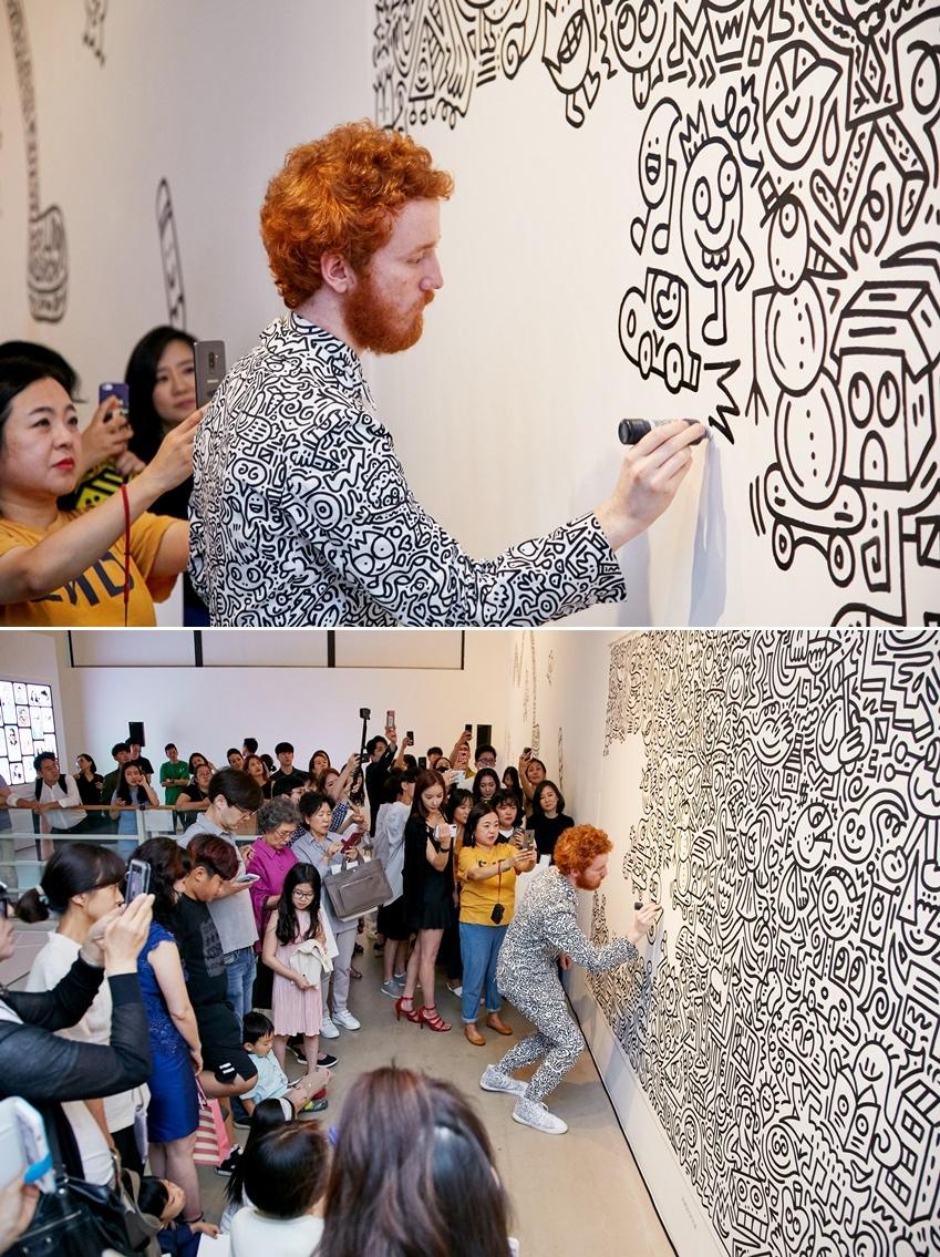 ▲ 미스터 두들이 벽을 캔버스 삼아 작품을 만들고 있다. (사진제공: 주관사 시니트)