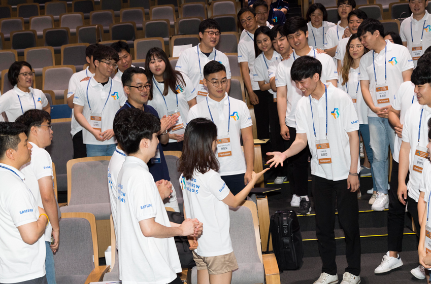 사전 게임을 하고 있는 삼투솔 결선 참가자들