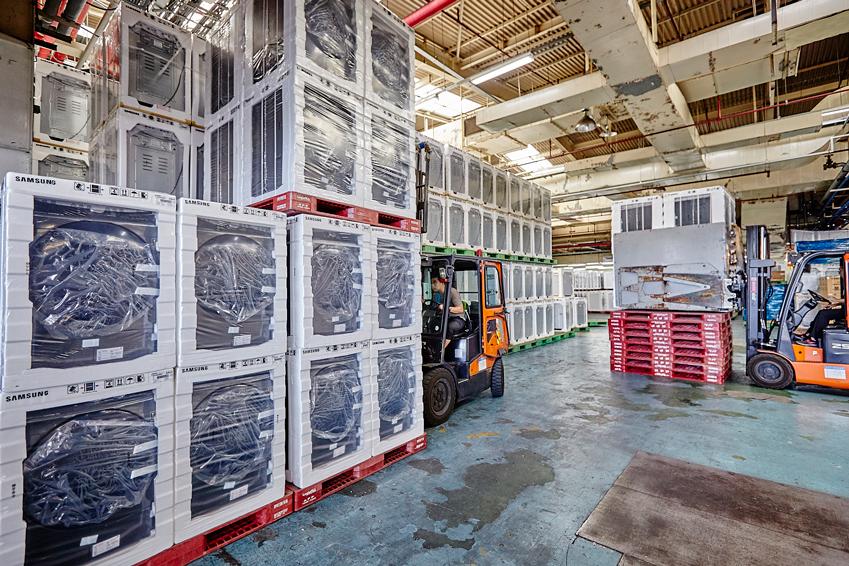 삼성전자 건조기가 삼성전자 광주사업장 물류창고에서 수요가 많은 여름철을 맞아 대규모로 출하되고 있다.