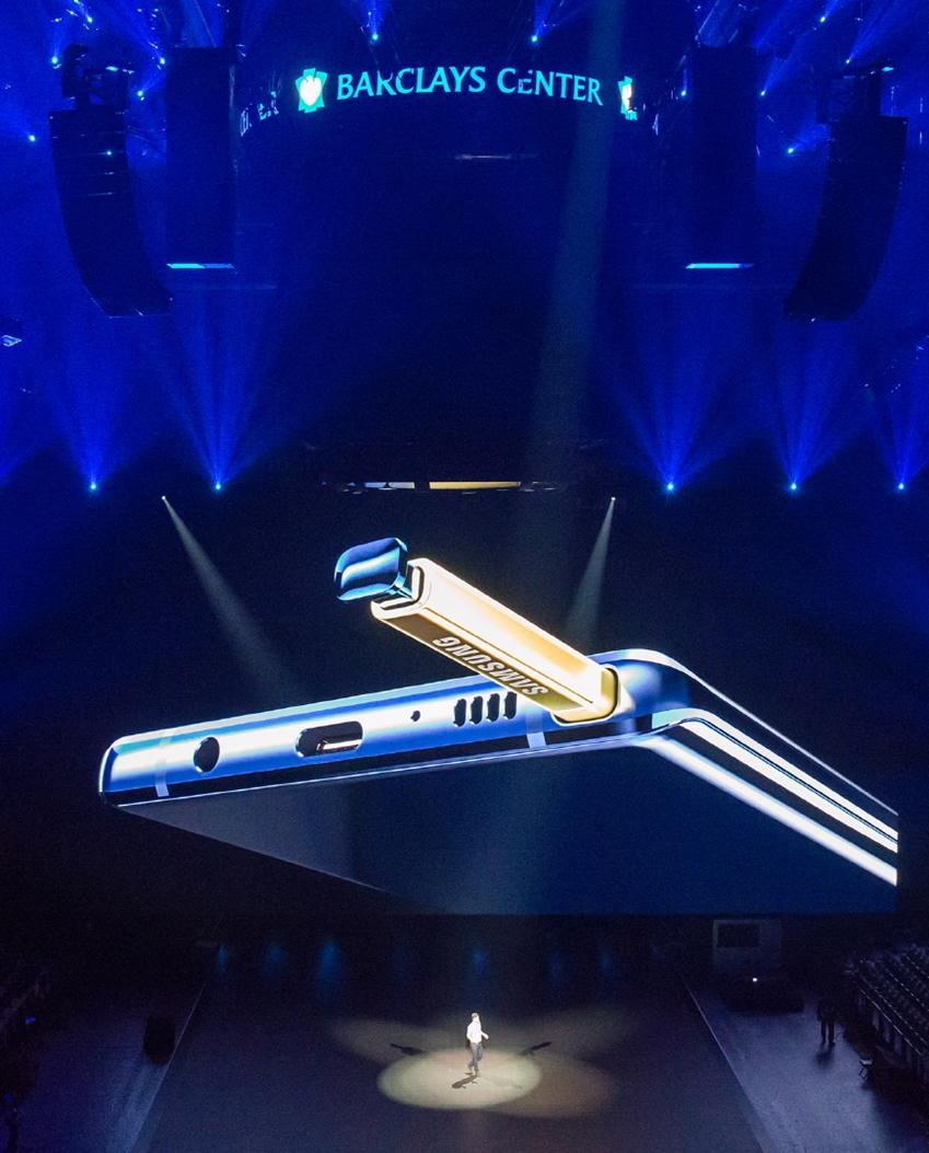 현지시간 9일 미국 뉴욕 바클레이스 센터에서 진행된 '삼성 갤럭시 언팩 2018' 행사에서 '갤럭시 노트9'을 소개하는 모습
