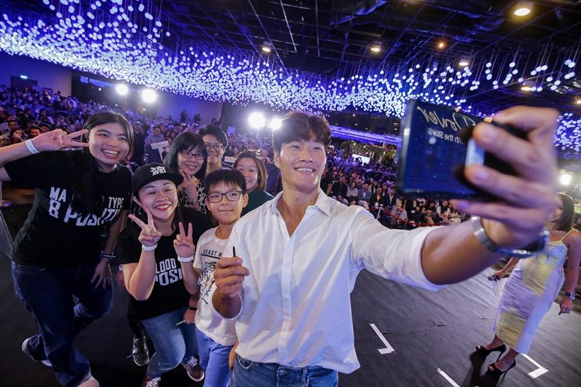 10일(현지시간) 싱가포르에서 열린 '갤럭시 노트9' 출시 행사에 참석한 가수 김종국이 팬들과 '갤럭시 노트9'으로 셀피를 촬영하고 있는 모습