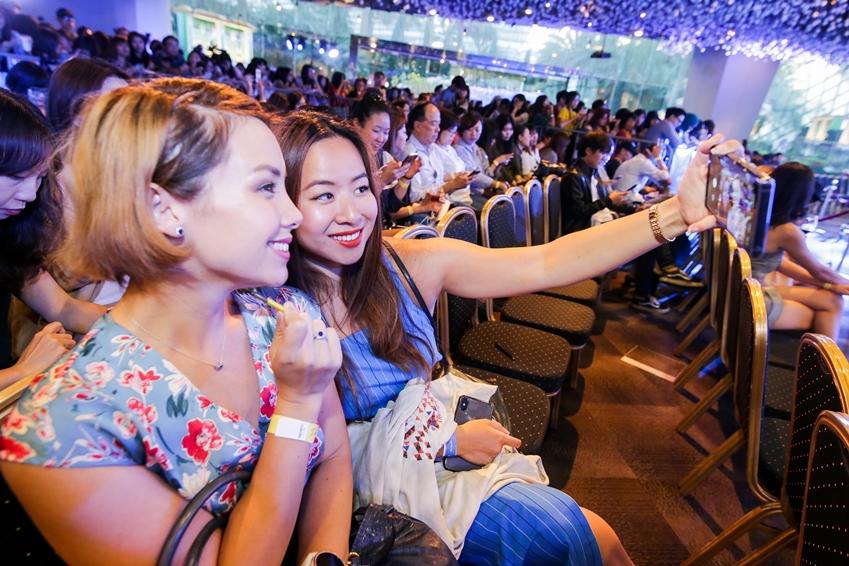 10일(현지시간) 싱가포르에서 열린 '갤럭시 노트9' 출시 행사에 참석자들이 제품을 체험하고 있는 모습
