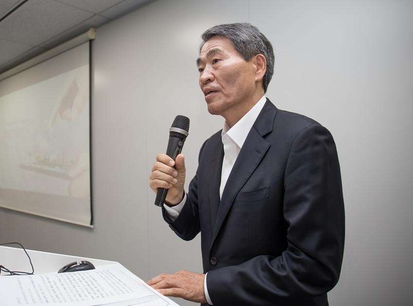 삼성 미래기술육성사업 기자간담회에서 권오경 공학한림원 회장이 발표를 하고 있다.