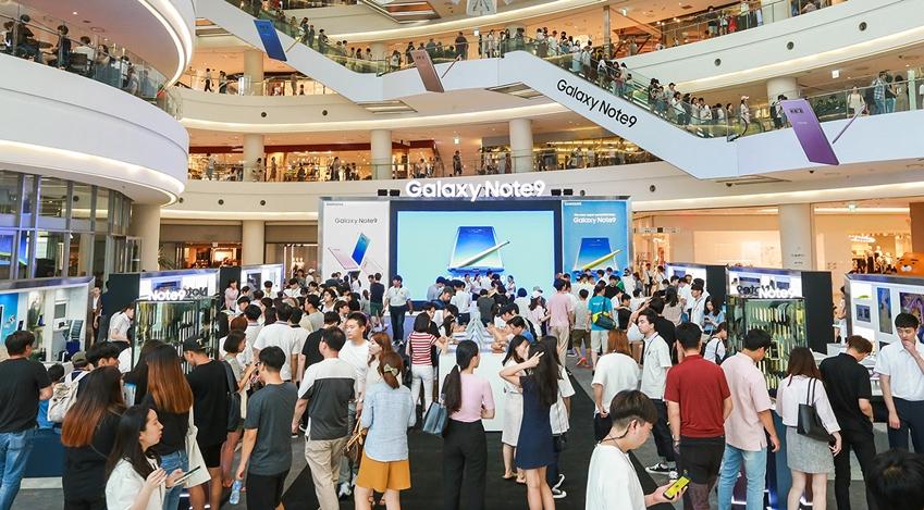 서울 영등포 타임스퀘어 아트리움 광장의 '갤럭시 스튜디오'가 '갤럭시 노트9'을 체험하는 소비자들로 붐비고 있다.