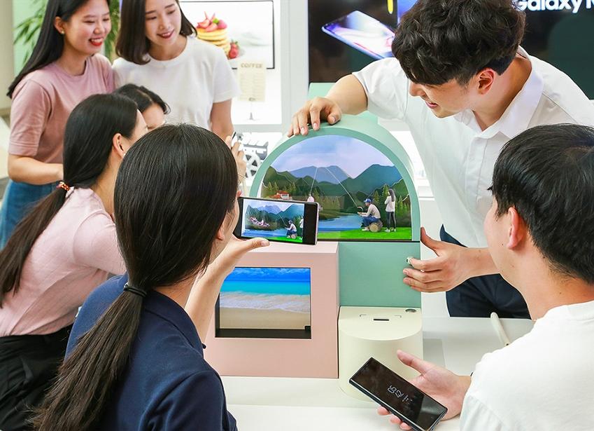 서울 영등포 타임스퀘어 아트리움 광장에 마련된 '갤럭시 스튜디오'에서 소비자들이 '갤럭시 노트9' 카메라의 슈퍼슬로우모션 기능을 체험하고 있다.