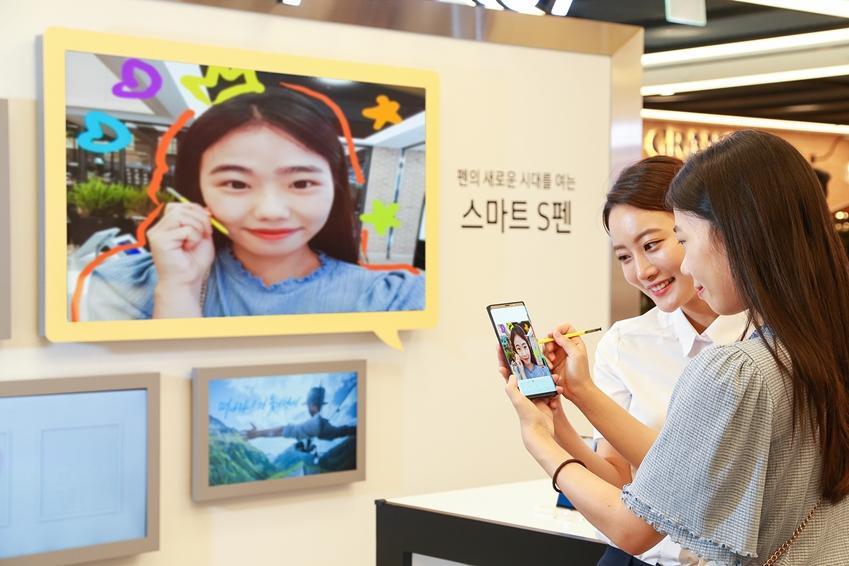서울 강남 파미에스테이션에 마련된 '갤럭시 스튜디오'에서 소비자들이 '스마트 S펜'으로 직접 드로잉을 해보며 '갤럭시 노트9'을 체험하고 있다.
