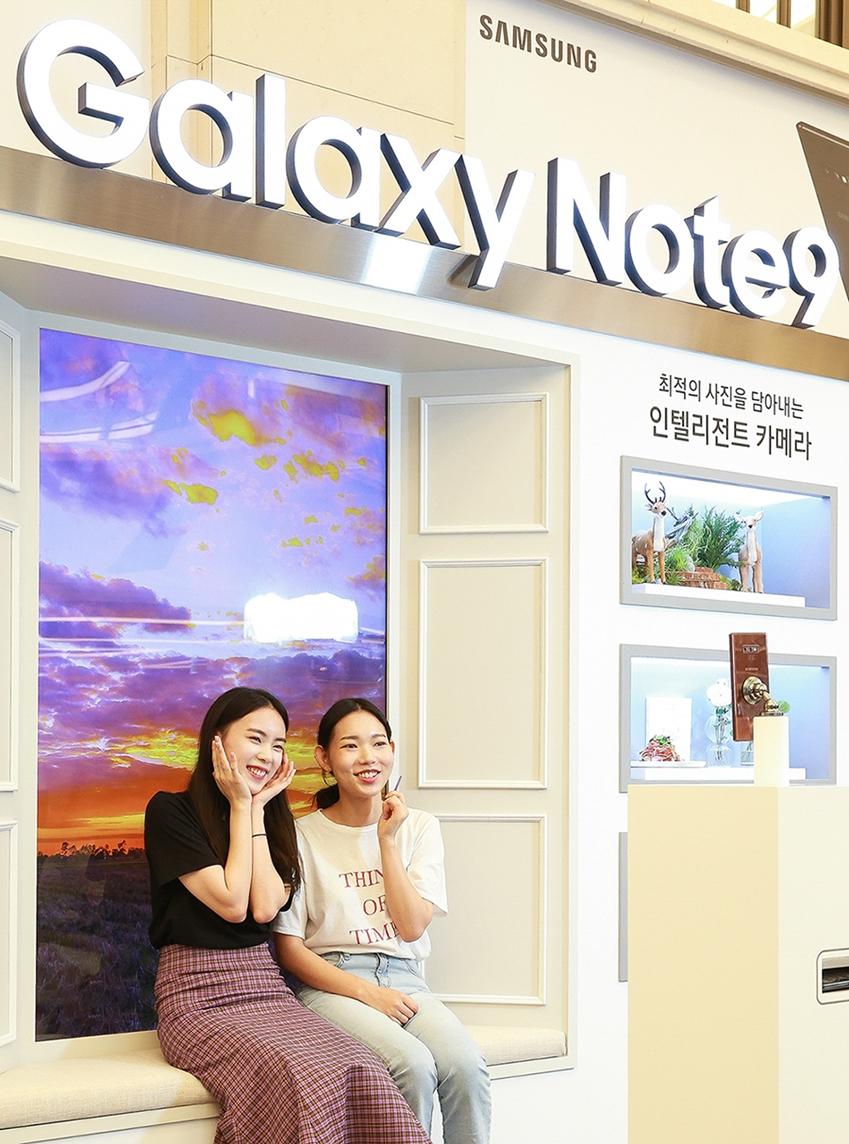 서울 강남 파미에스테이션에 마련된 '갤럭시 스튜디오'에서 소비자들이 블루투스가 탑재된 '갤럭시 노트9'의 '스마트 S펜'으로 원격 셀프 촬영을 하고 있다.