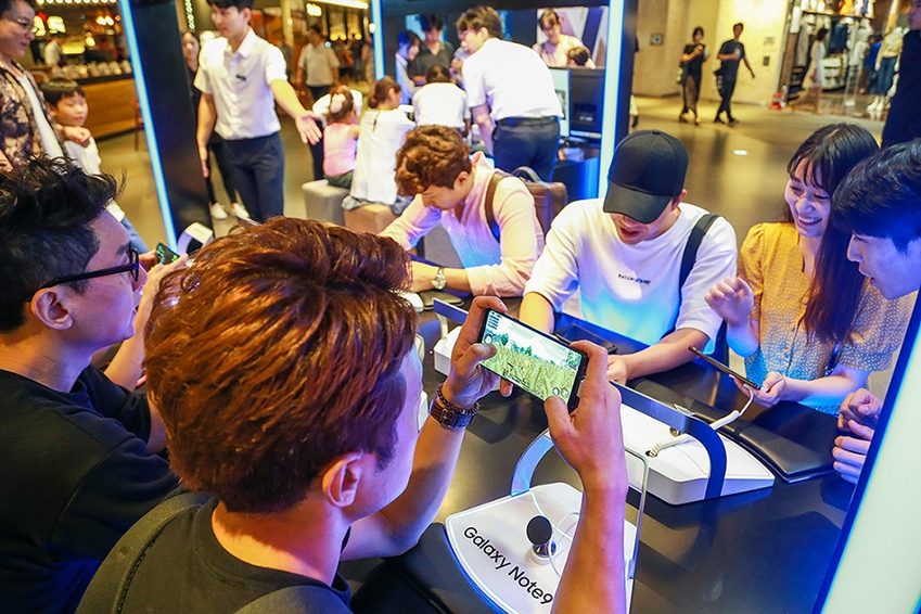 서울 삼성동 코엑스 파르나스몰에 마련된 '갤럭시 스튜디오'의 게임특화존에서 소비자들이 '갤럭시 노트9'의 강력한 퍼포먼스로 인기 고사양 게임을 체험하고 있다.