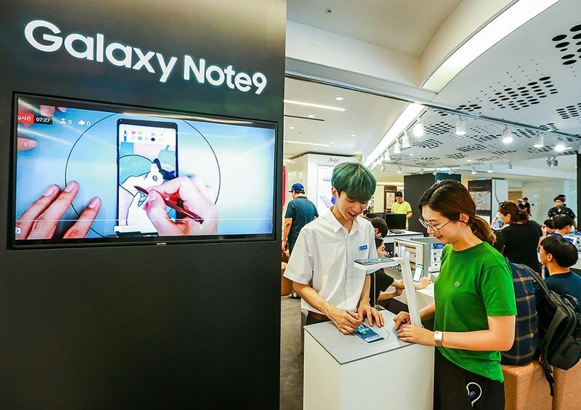 서울 삼성동 코엑스 라이브플라자에 마련된 갤럭시 스튜디오에서 소비자가 'S펜 전문 프로모터'와 함께 '갤럭시 노트9'의 '스마트 S펜'으로 드로잉을 배워보는 '갤럭시 노트9 라이브'를 체험하고 있다.