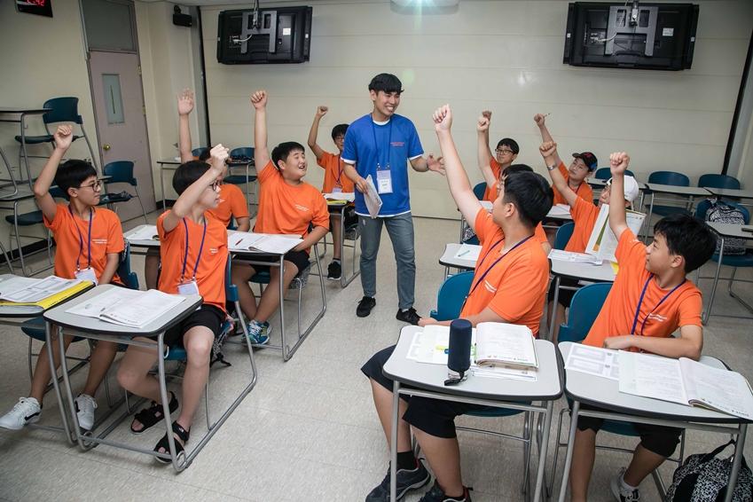 4일 대전광역시 충남대학교에서 '2018 삼성드림클래스 여름캠프'에 참가한 중학생들이 대학생 강사로부터 수업을 듣고 있다.
