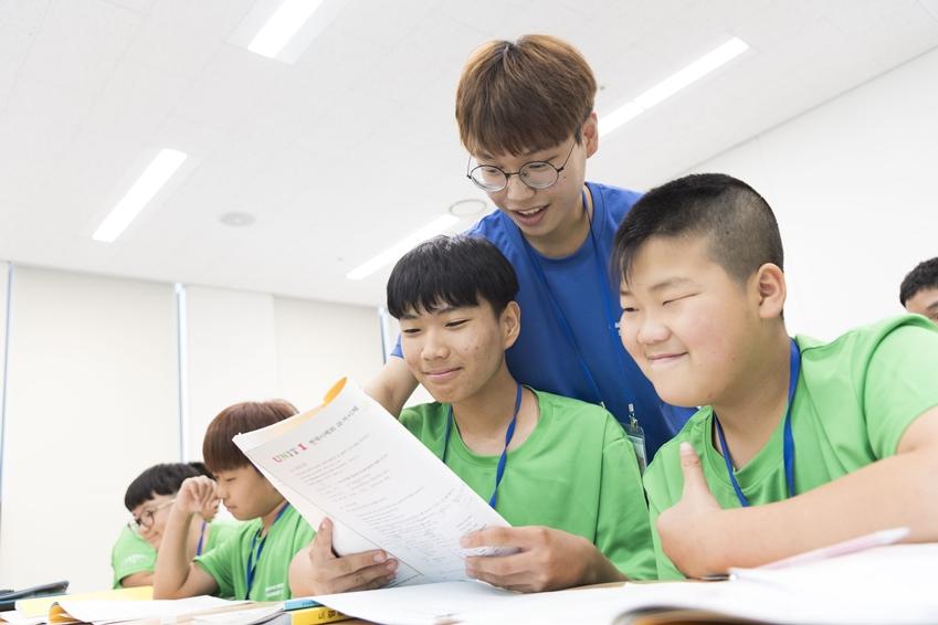 1일 경기도 용인시 한국외국어대학교에서 '2018 삼성드림클래스 여름캠프'에 참가한 중학생들이 대학생 강사로부터 수업을 듣고 있다.