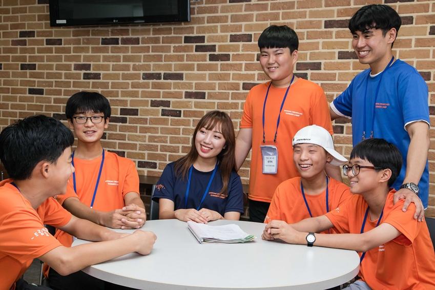 4일 대전광역시 충남대학교에서 '2018 삼성드림클래스 여름캠프'에 참가한 중학생들이 대학생 멘토와 함께 학습과 진로에 대해 대화를 나누고 있다.