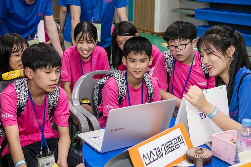 6일 부산광역시 부산대학교에서 '2018 삼성드림클래스 여름캠프'에 참가한 중학생들이 대학전공박람회에 참가해 대학생 강사들로부터 대학 전공에 대해 소개받고 있다.