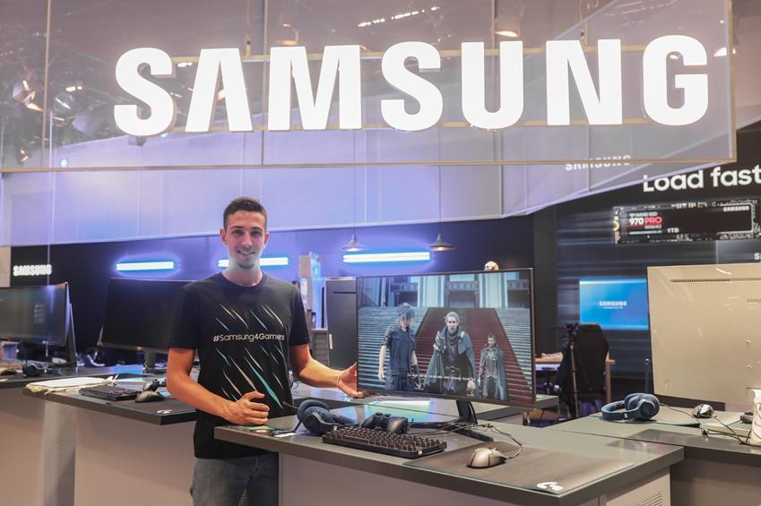 8월 21일부터 25일까지 독일 쾰른에서 열리는 세계 최대 규모 게임전시회인 '게임스컴 2018(Gamescom 2018)'의 삼성전자 부스에서 모델이 삼성전자 2018년형 커브드 게이밍 모니터 신제품인 'CJG5'(32형)를 소개하고 있다.