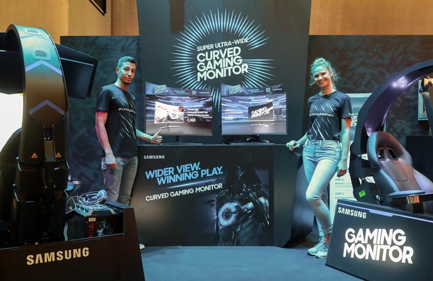 8월 21일부터 25일까지 독일 쾰른에서 열리는 세계 최대 규모 게임전시회인 '게임스컴 2018(Gamescom 2018)'에서 삼성전자의 게임 파트너사인 딥 실버(Deep Silver) 부스에서 모델들이 삼성전자 2018년형 커브드 게이밍 모니터 신제품인 'CJG5'(32형)를 소개하고 있다.