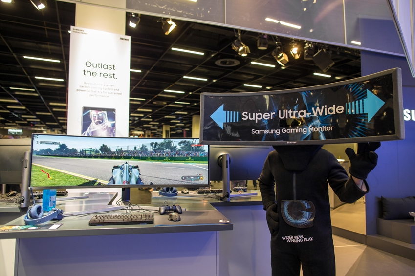 8월 21일부터 25일까지 독일 쾰른에서 열리는 세계 최대 규모 게임전시회인 '게임스컴 2018(Gamescom 2018)'의 삼성전자 부스에서 모델이 세계 최대 크기인 삼성전자 49형 커브드 게이밍 모니터 'CHG90'을 소개하고 있다.