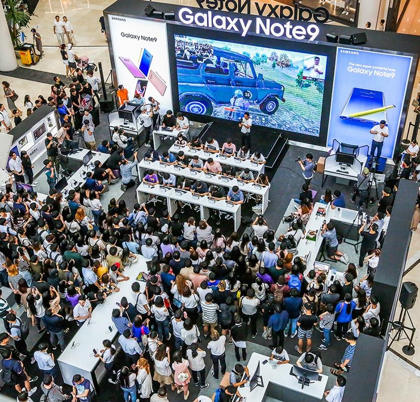 지난 25일 서울 영등포 타임스퀘어 아트리움 광장의 갤럭시 스튜디오에서 진행된 '갤럭시 노트9 X 배틀그라운드 모바일 스페셜 챌린지'를 참관하기 위해 모인 수 많은 갤럭시 팬들 모습.