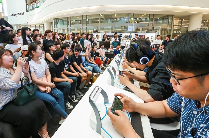 지난 25일 서울 영등포 타임스퀘어 아트리움 광장의 갤럭시 스튜디오에서 열린 '갤럭시 노트9 X 배틀그라운드 모바일 스페셜 챌린지'에 참여한 팬들이 경기를 펼치고 있는 모습.