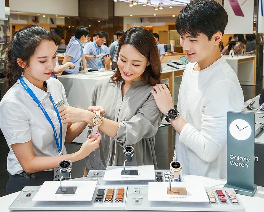 삼성 최신 스마트 워치 '갤럭시 워치'를 체험하고 있는 모습