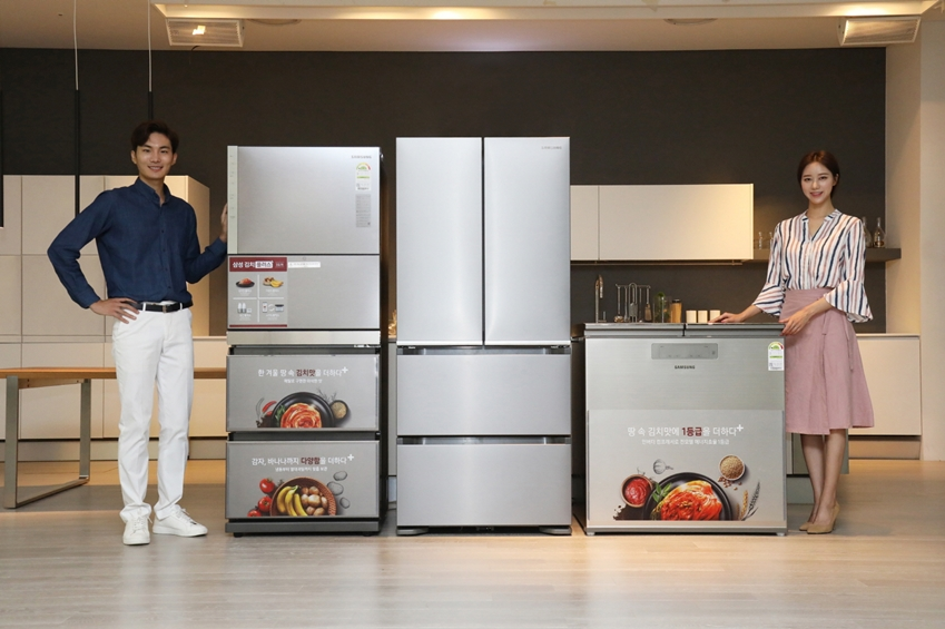 삼성전자 모델이 김치는 물론, 바나나·감자 등 보관이 까다로운 식재료까지 맞춤 보관이 가능한 프리미엄 김치냉장고 2019년형 '김치플러스'를 소개하고 있다.