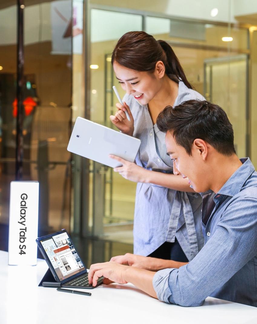 삼성 프리미엄 태블릿 '갤럭시 탭 S4'를 체험하고 있는 모습.