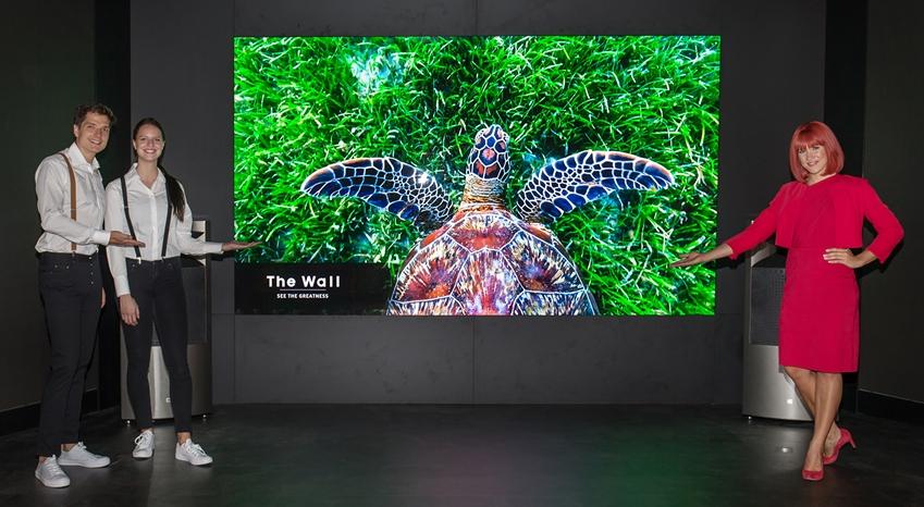 IFA 2018 공식 모델과 삼성전자 모델이 '마이크로 LED' 기술을 적용해 최고의 화질은 물론 해상도·크기 등에 제약이 없는 삼성전자의 미래형 디스플레이 '더 월(The Wall)'을 소개하고 있다.