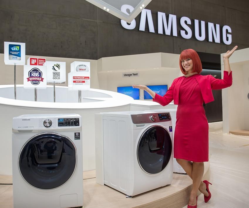 IFA 2018 공식 모델이 드럼 세탁기에 전자동 세탁 방식을 접목해 세탁 시간을 절반 가까이 줄인 삼성전자 '퀵드라이브(Quick Drive)'를 소개하고 있다.