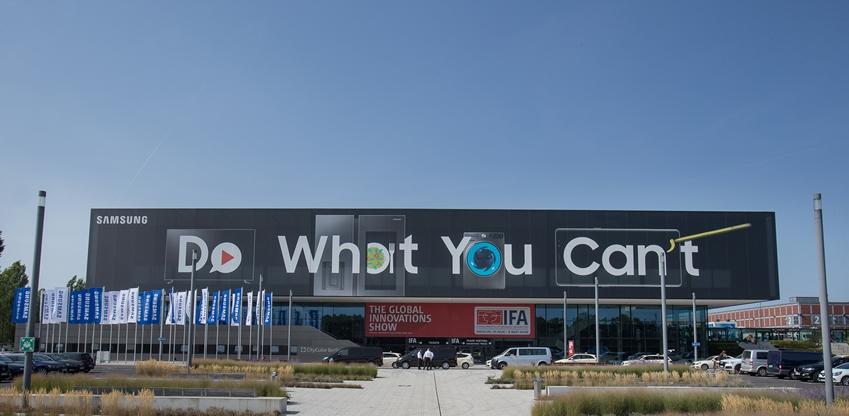 삼성전자가 유럽 최대 가전 전시회 IFA 2018에서 메세 베를린(Messe Berlin), 시티 큐브 베를린(City Cube Berlin)에 업계 최대 규모인 12,572㎡(약 3,800평) 면적의 전시·상담 공간을 마련하고 하반기 전략제품과 홈IoT 관련 제품을 대거 전시한다. 사진은 삼성전자 전시장의 야외 전경 모습
