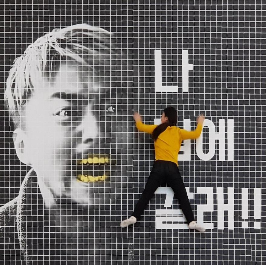 ▲망고슬래브는 '작지만 기발한' 아이디어로 네모닉을 대중에 알리는 데 성공했다. 사진은 네모닉을 활용, 제작한 '유병재 그리기 대회' 출품작. 2000여 매의 출력물을 회사 로비 바닥에 일일이 붙여 제작했다