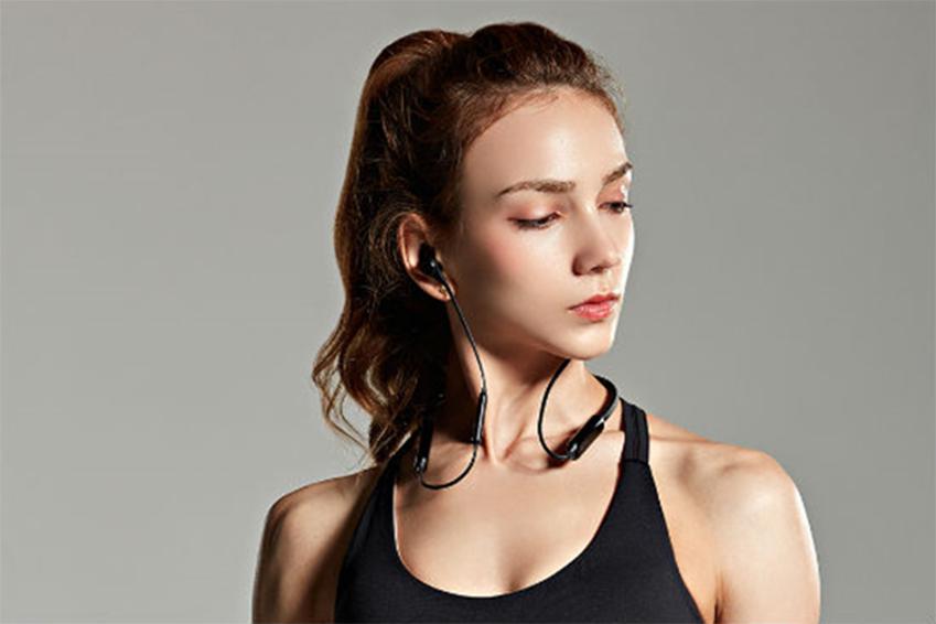 '오픈 이어 컨트롤(open ear control)' 기술을 기반으로 한 넥밴드형 헤드셋