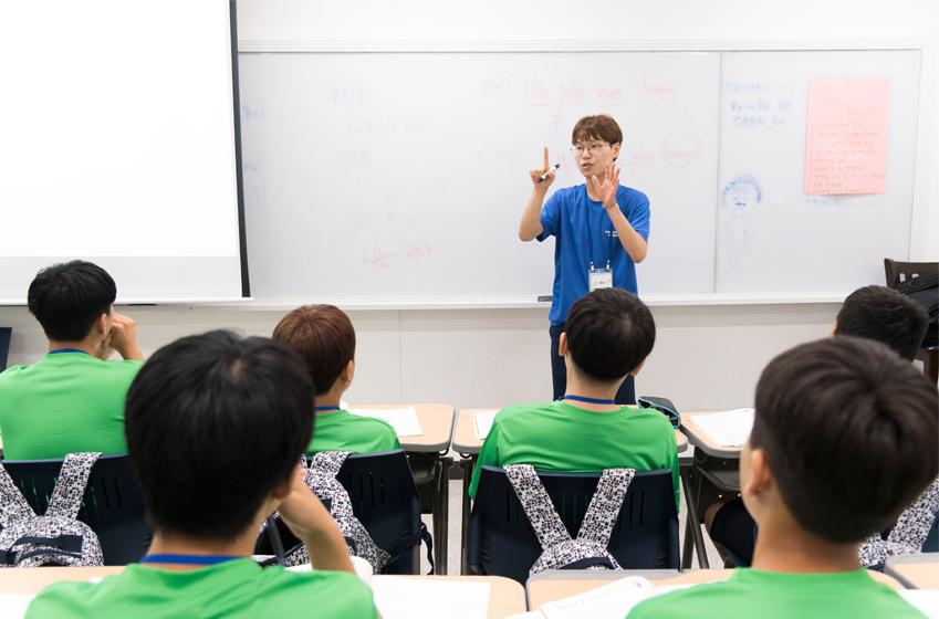 앞에서 수업을 진행하고 있는 박성언씨의 모습