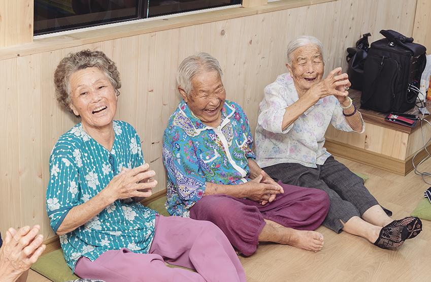 프로그램을 즐기고 있는 어르신들