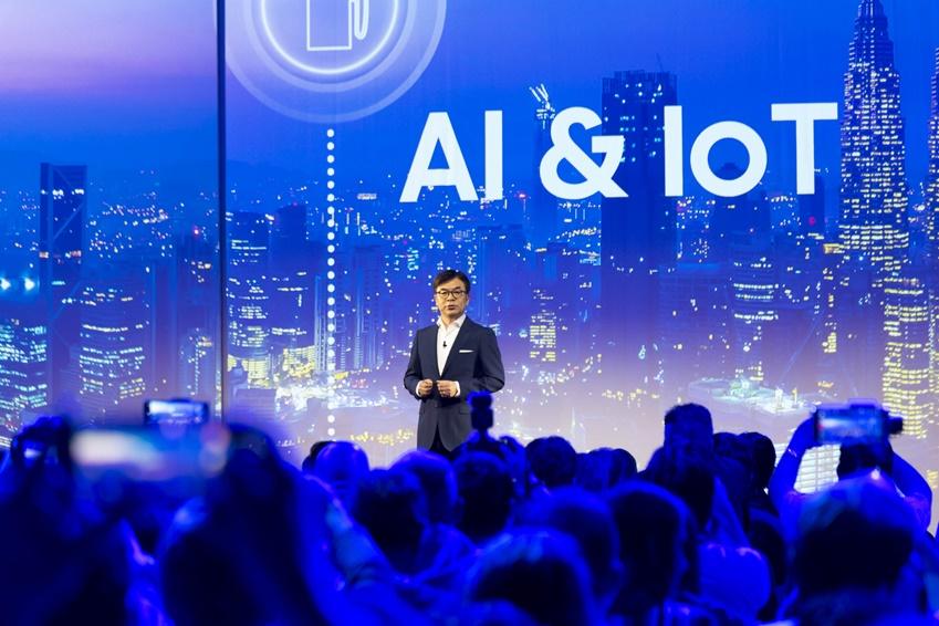 삼성전자 김현석 사장이 전 세계 방문객과 미디어들을 대상으로 개막 연설을 하고 있다. 김현석 사장은 삼성전자가 스마트 홈 생태계를 확장시킬 수 있었던 핵심 기술로 인공지능(AI)과 사물 인터넷(IoT)을 꼽았다.