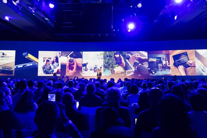 """김현석 사장이 """"삼성전자는 반도체부터 디스플레이, TV, 가전, 휴대폰 등에 이르기까지 첨단 AI와 IoT 제품을 제공하는 유일한 회사""""라고 설명하고 있다."""